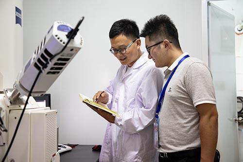 高付博先生在化学化工学院教师引领下参观实验室并与师生亲切交流.jpg